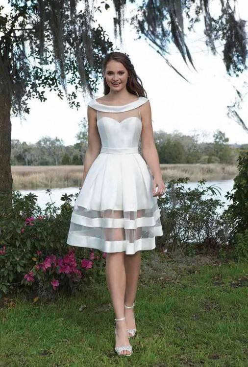 Das spiegelt sich in Veroniques erster Kollektion wider: Die Kleider sind filigran und trotzdem außergewöhnlich
