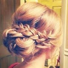 Offene Brautfrisur mit gekreppten Haaren