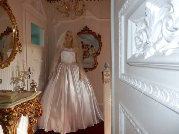 Dress4moments bietet Ihnen garantiert neue Brautkleider zu sagenhaft  günstigen Preisen zur Miete an