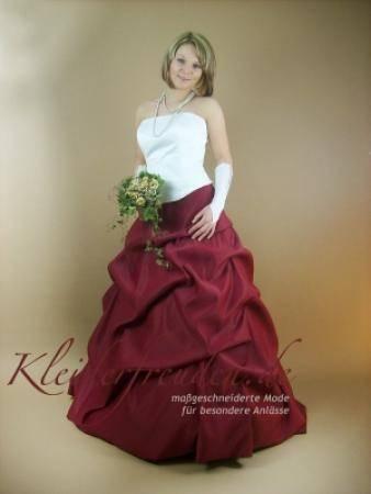 Bordeaux rotes Abendkleid / Kleid mit glänzenden Perlen / Hochzeitskleid