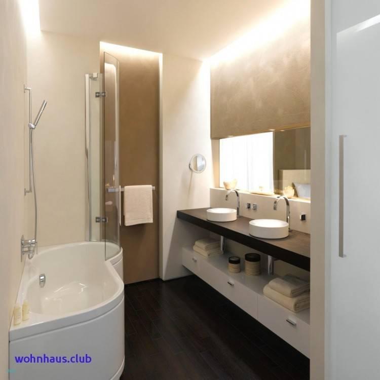 Hier ist ein Bad mit Schräge gestaltet im Fliesenmix und Designermöbeln