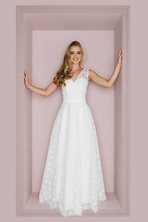Großhandel Langarm Vintage Brautkleider 2017 Amelia Sposa 3D Spitze Hohe Design Boot Ausschnitt Bestickt Mieder Ballkleid Brautkleider Von Modernbridal,