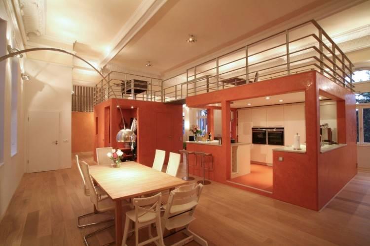 Eggersmann Küchen in modular mit dunklen Kochinseln und Überbau sind einmalig