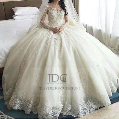 Die Schleppe dieses Brautkleides berührt gerade so den Boden – ein  typischer