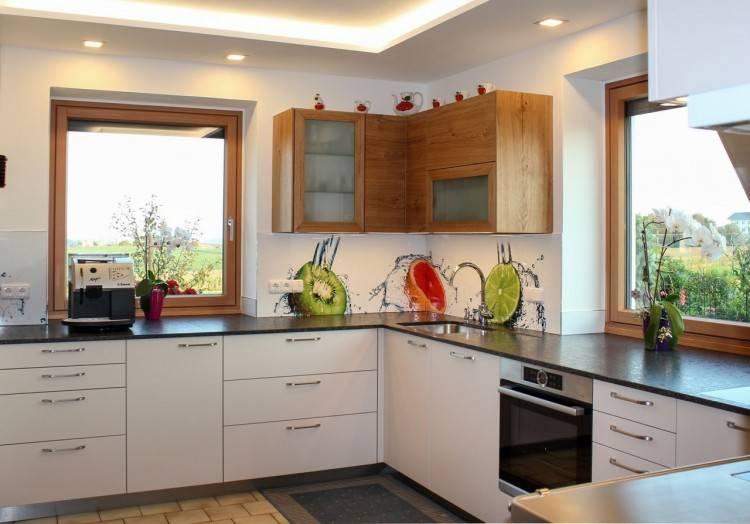 gemütliche, moderne handgearbeitete Küche mit Altholz verfeinert