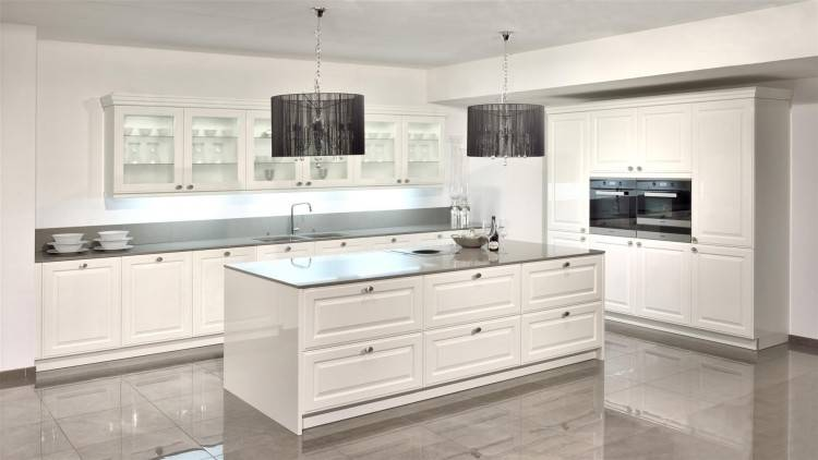Der Landhausstil findet auch in kleinen Küchen Platz.