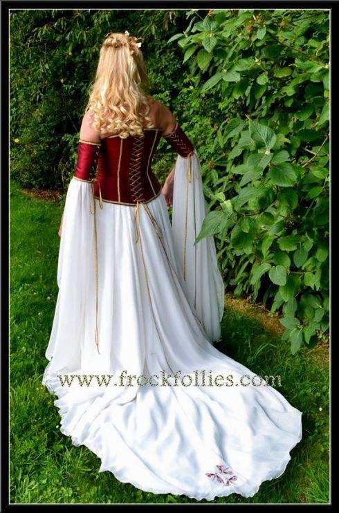 Elbisches Brautkleid in cremefarbenem Samt