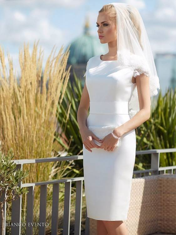 Das Etuikleid ist ein Klassiker und in der Brautmode nach wie vor sehr beliebt