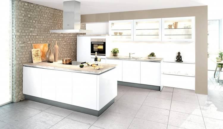 weiße rustikale Küche mit modernen Elementen