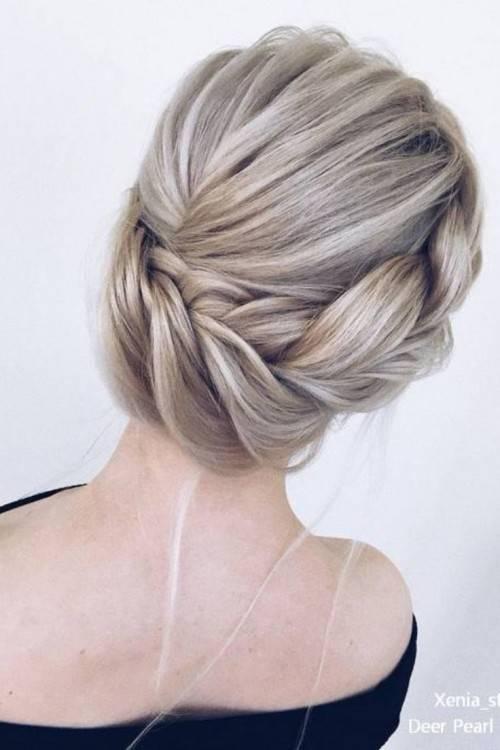 Dutt Frisur für lange Haare, Haarschmuck mit kleinen Perlen, rosa Spitzentop und goldene Kette Hochsteckfrisuren Hochzeit: Die schönsten
