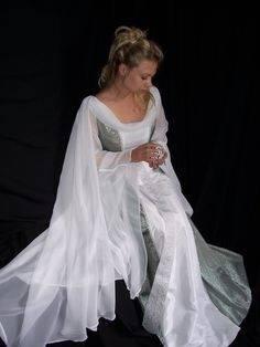 Solltest Du Dich nicht zwischen einem mittelalterlichem und klassischen Kleid entscheiden können, wäre evt
