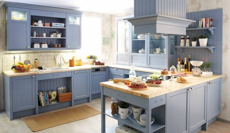 Blaue Küche mit grauer Wandfarbe