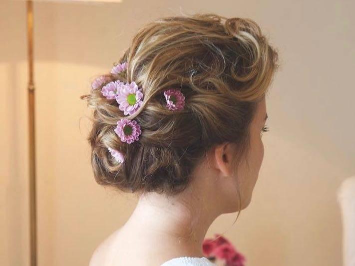 Für den Hochzeitsfriseur ist es dann ein Leichtes Blumen zu integrieren