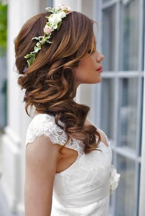 Glänzende, schön hochgesteckte Haare sind der vielleicht schönste Schmuck  jeder Braut