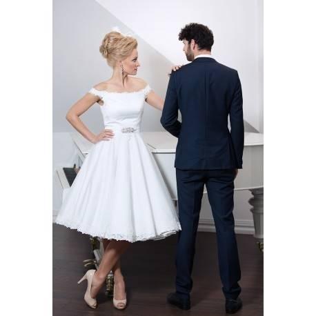 in ihrem weißen Hochzeitskleid, wirft mit ihren zwei Seite Jungs, in Tartan und Kilts, in einem mini Labyrinth Garten nach Ihrer Hochzeit in Schottland