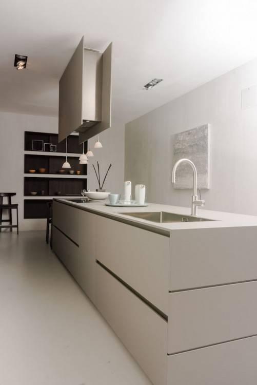 Die Küche ist trotz ihrer Lage im Souterrain lichtdurchflutet und einladend gestaltet