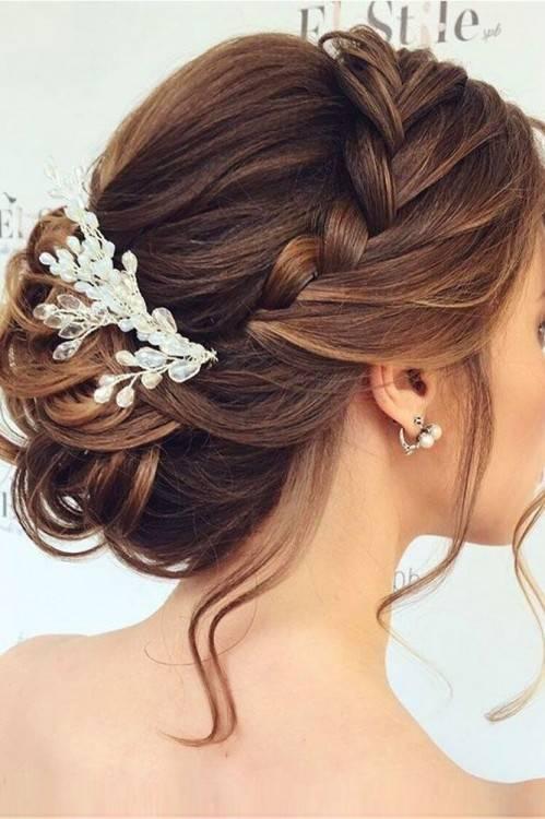 braune Haare mit blonden Stähnen Abend Make up Hochsteckfrisuren Hochzeit Brautjungfern Frisuren