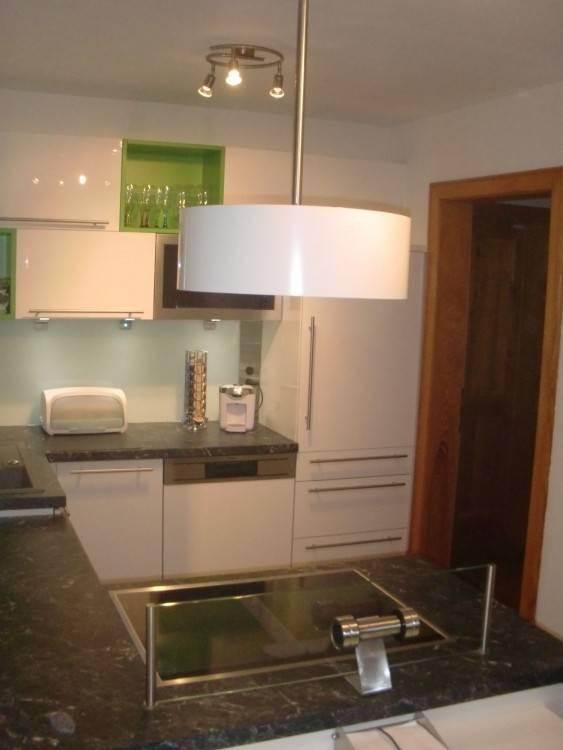 Küche, bunt, grün, grüne Küche, Küchenzeile, Farbe, Küchenfarbe, Idee, Bild, Inspiration, Küchenfronten, Fronten Farbe, weiße Arbeitsplatte, karierter Boden